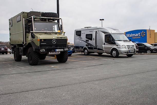europejski rekreacyjne pojazdów kempingowych na noc w walmart parking. - walmart zdjęcia i obrazy z banku zdjęć