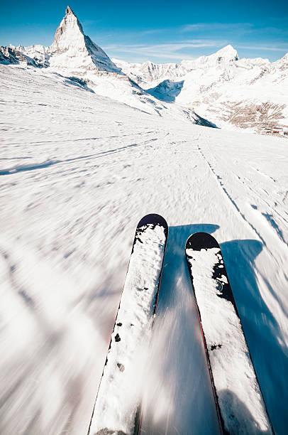 europäische ski-erlebnis - skirennen stock-fotos und bilder