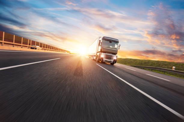Europäisches Lkw-Fahrzeug mit dramatischem Sonnenuntergangslicht – Foto