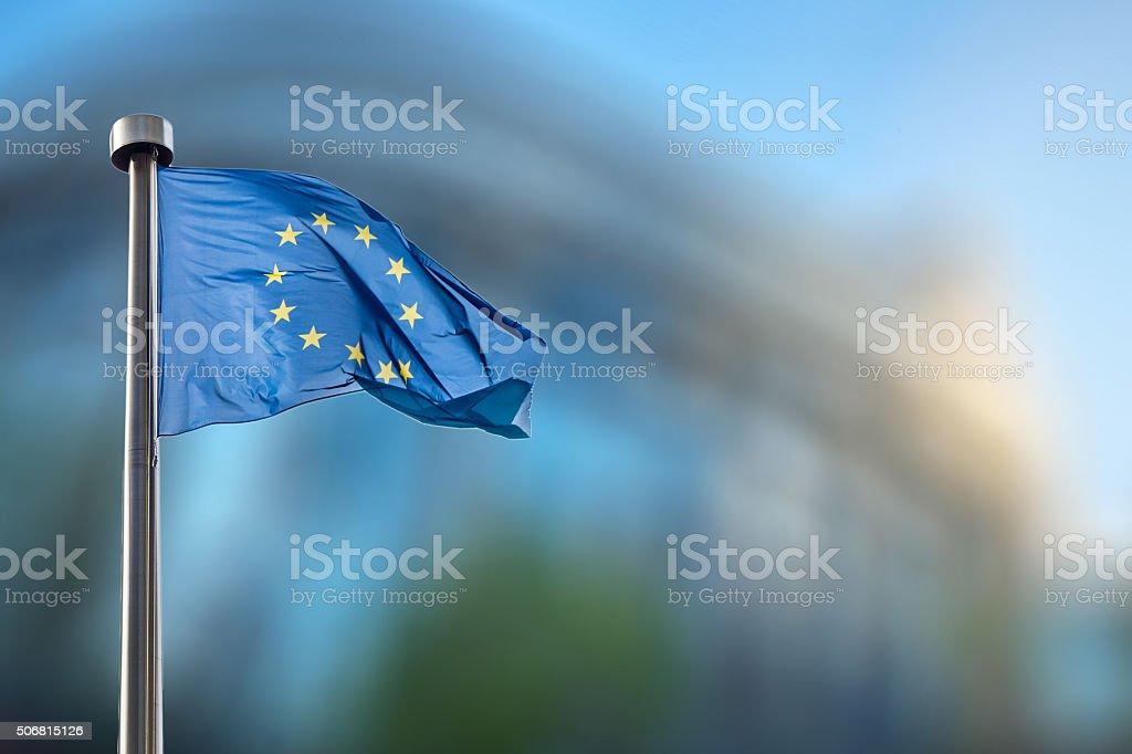 Bandera de la Unión Europea contra el Parlamento Europeo - foto de stock
