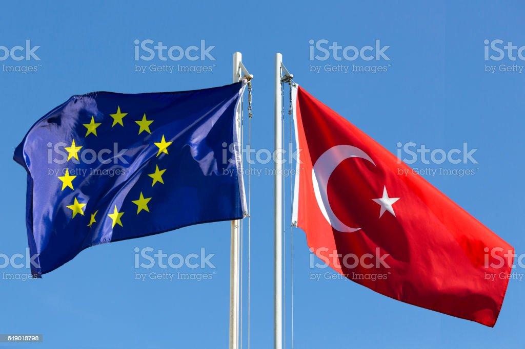 EU-Flagge und die Flagge der Türkei am Fahnenmast – Foto