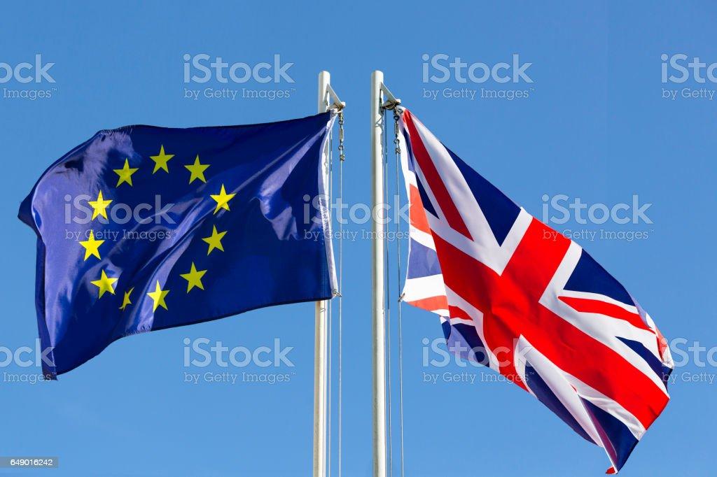 EU-Flagge und die Flagge des Königreichs am Fahnenmast – Foto