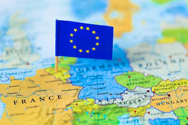 europäische union fahne über europa karte - ec karte stock-fotos und bilder