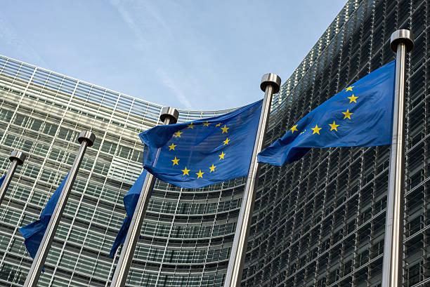 Banderas de la Unión Europea frente al edificio (Europa Berlaymont - foto de stock