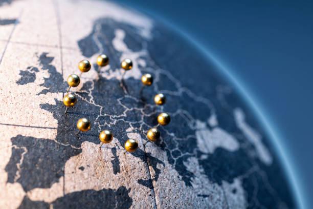 Europäische Union-Goldene Stifte auf Korkbrettglobe – Foto