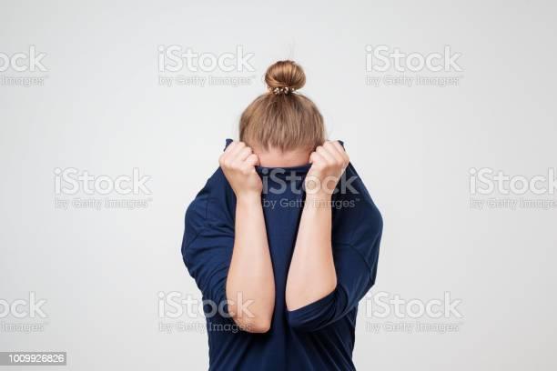 Europäische Frau Gesicht Unter Der Kleidung Versteckt Sie Ist Oulling Pullover Über Den Kopf Stockfoto und mehr Bilder von Angst