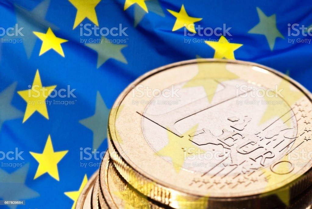 Europäische Flagge und Münze stock photo