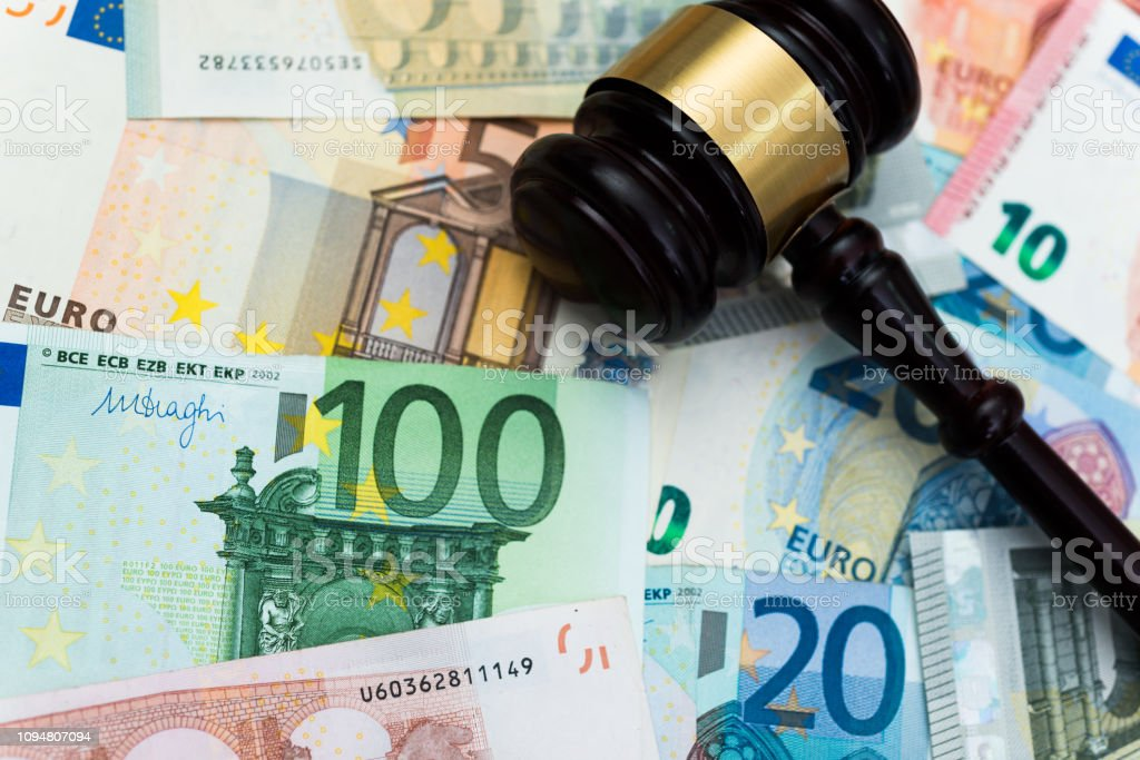 Martelo e notas de euros - foto de acervo