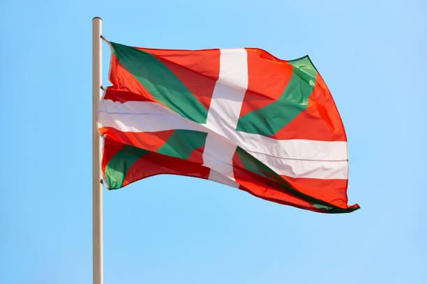 Euskadi Flagge weht unter einem blauen Himmel Hintergrund, Spanien – Foto
