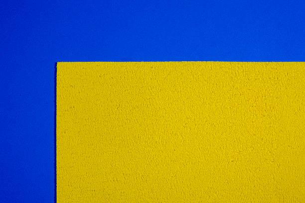 Espuma Eva amarillo limón en uniforme azul - foto de stock