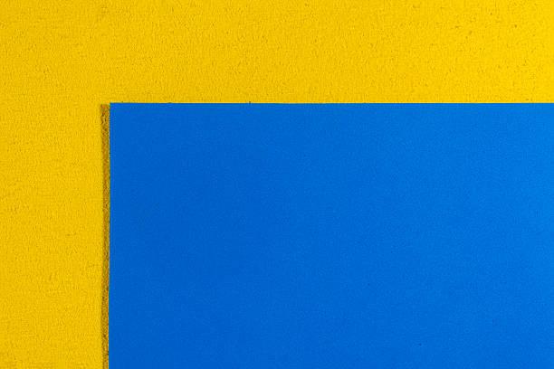 Espuma Eva azul uniforme sobre amarillo limón - foto de stock