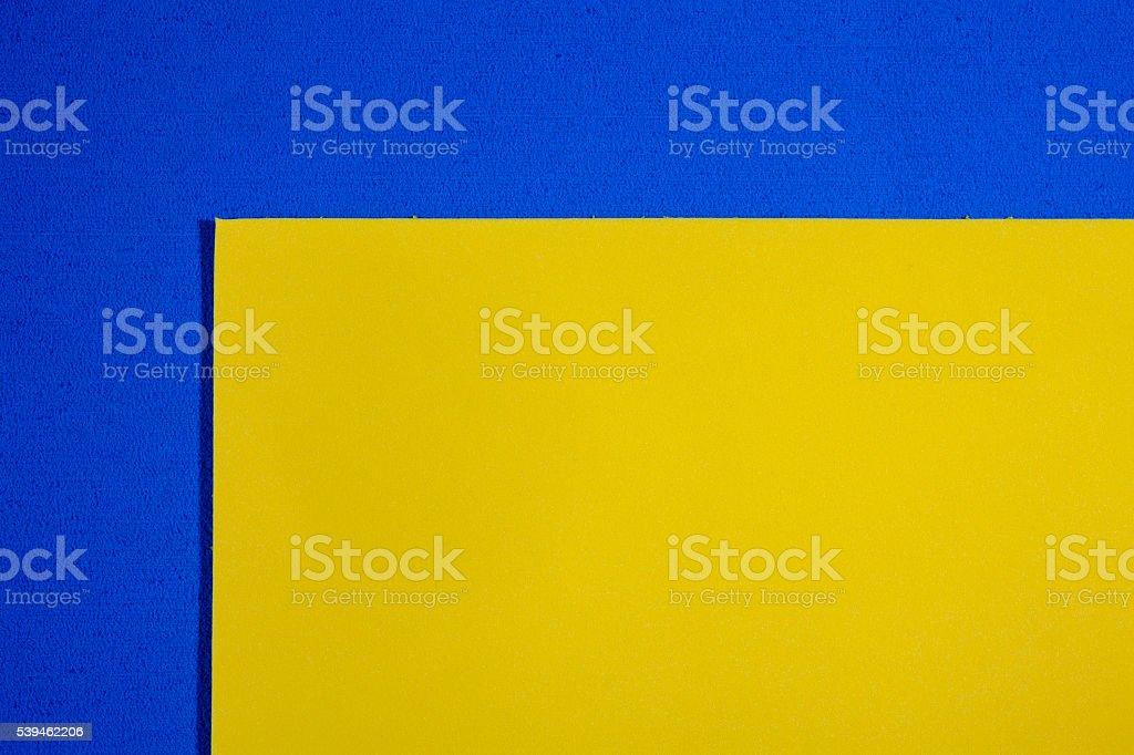 Espuma Eva lisa amarillo limón sobre azul - foto de stock