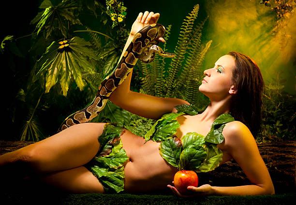 serpente em eva e maçã - jardim do eden - fotografias e filmes do acervo