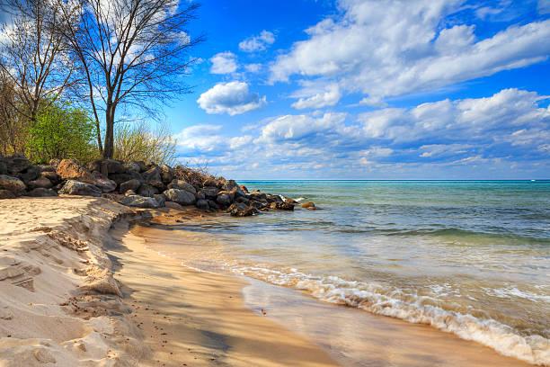 evanston lighthouse beach - riva dell'acqua foto e immagini stock