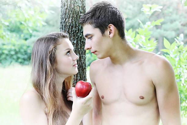Eve hält einen Apfel – Foto