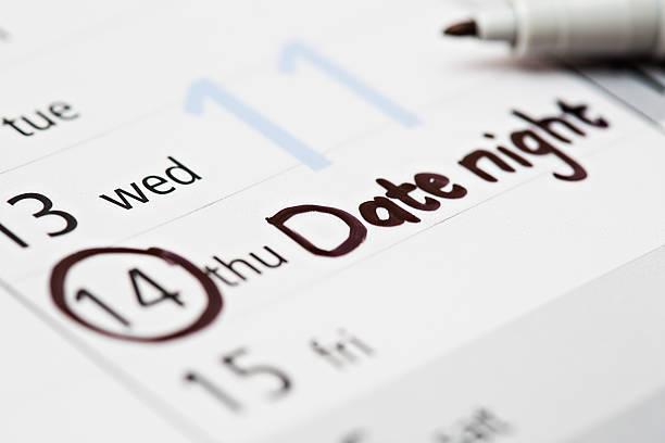 sogar romantik muss nach fahrplan: kalender marks date night - donnerstagnachmittag stock-fotos und bilder