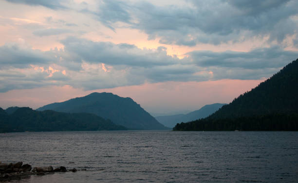 Evening at a mountain lake - foto stock