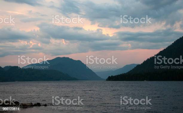 Kväll Vid En Fjällsjö-foton och fler bilder på Berg