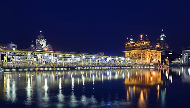 evening at harmandir sahib - goldener tempel stock-fotos und bilder
