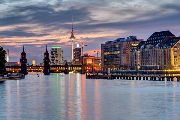 evening at the river spree in berlin - oberbaumbrücke stock-fotos und bilder