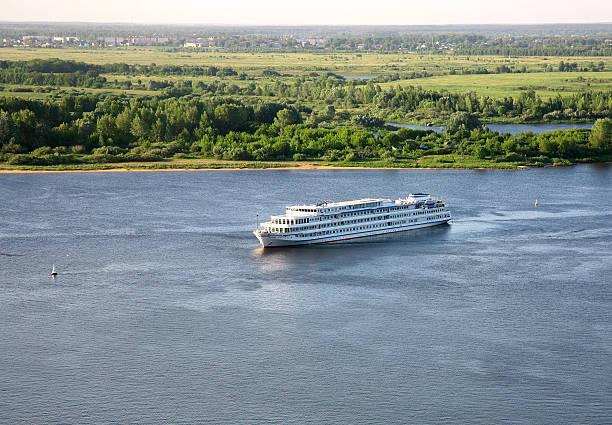 Abendliche Bootsfahrt auf dem Fluss an der Wolga – Foto