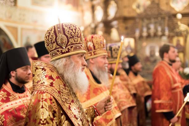 Abend-Gottesdienst in Kiew Präsentation Kloster. Bischof Damian (Davydov) in ein rotes Gewand. – Foto