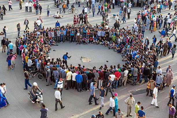Entretenimiento nocturno en Lehdim Square, Meknes, Marruecos - foto de stock