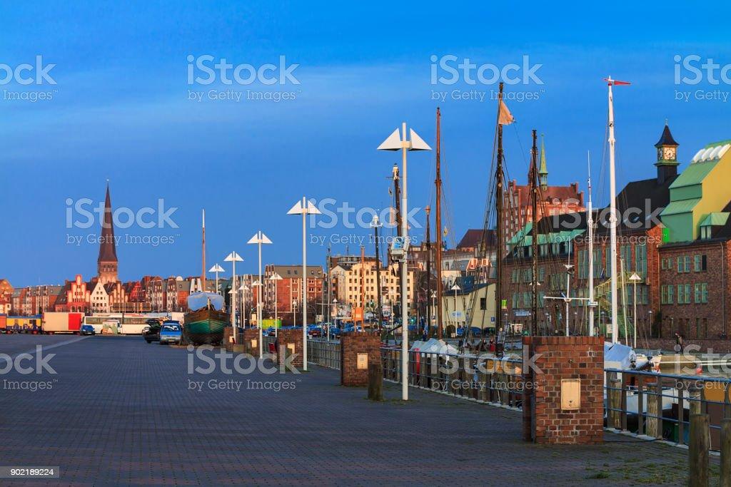 Abend im Hafen der Stadt Rostock, Deutschland – Foto