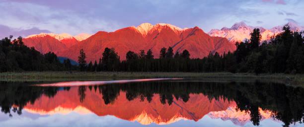 lumière du soir au lac matheson en nouvelle zélande - lac mirror lake photos et images de collection