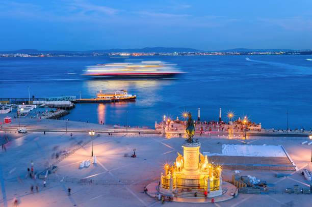 am abend lissabon damm, kreuzfahrtschiff - lissabon reise stock-fotos und bilder