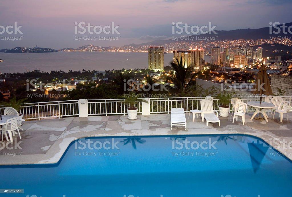 La Noche En La Terraza De La Piscina En Acapulco México Foto