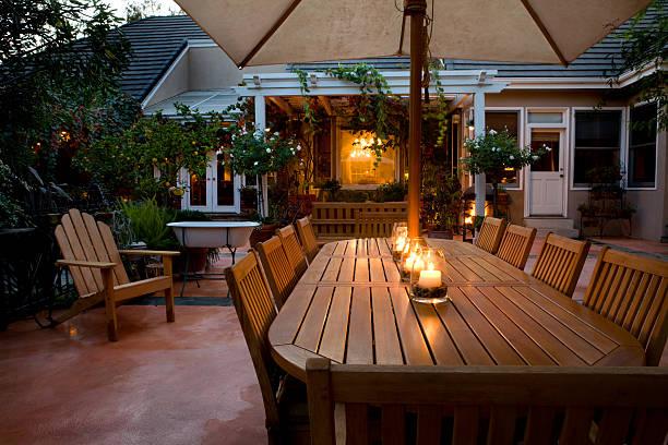 夜のパティオテーブル - 田舎のライフスタイル ストックフォトと画像