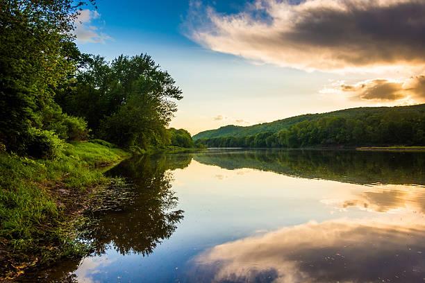 soirée reflets dans le fleuve delaware, au delaware water gap - rivière delaware photos et images de collection