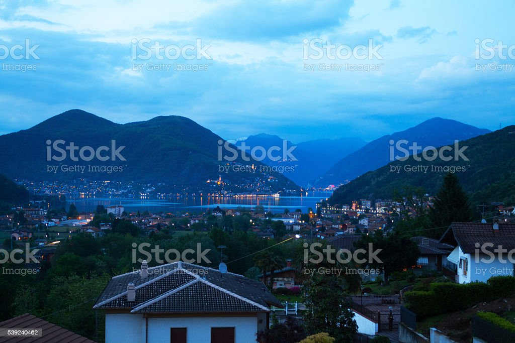 Noite foto do Lago Lugano foto royalty-free