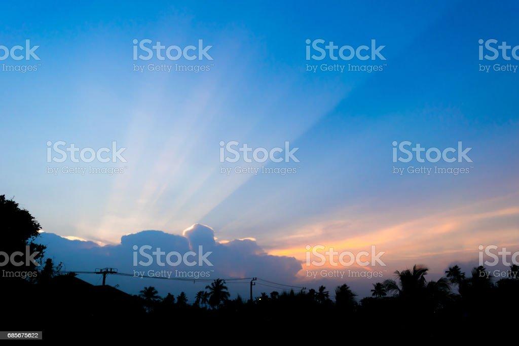 저녁 하늘 일몰 태양 압도 할 구름 royalty-free 스톡 사진