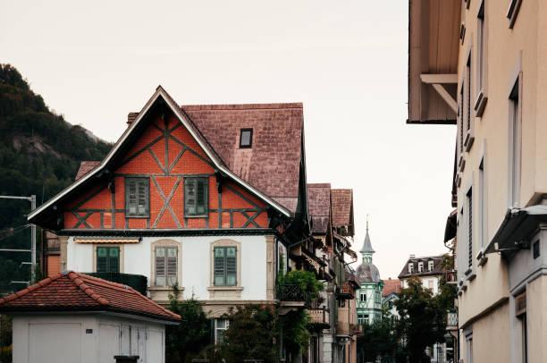abend straßenszene vintage-schweizer stil altbau von interlaken - hotel bern stock-fotos und bilder