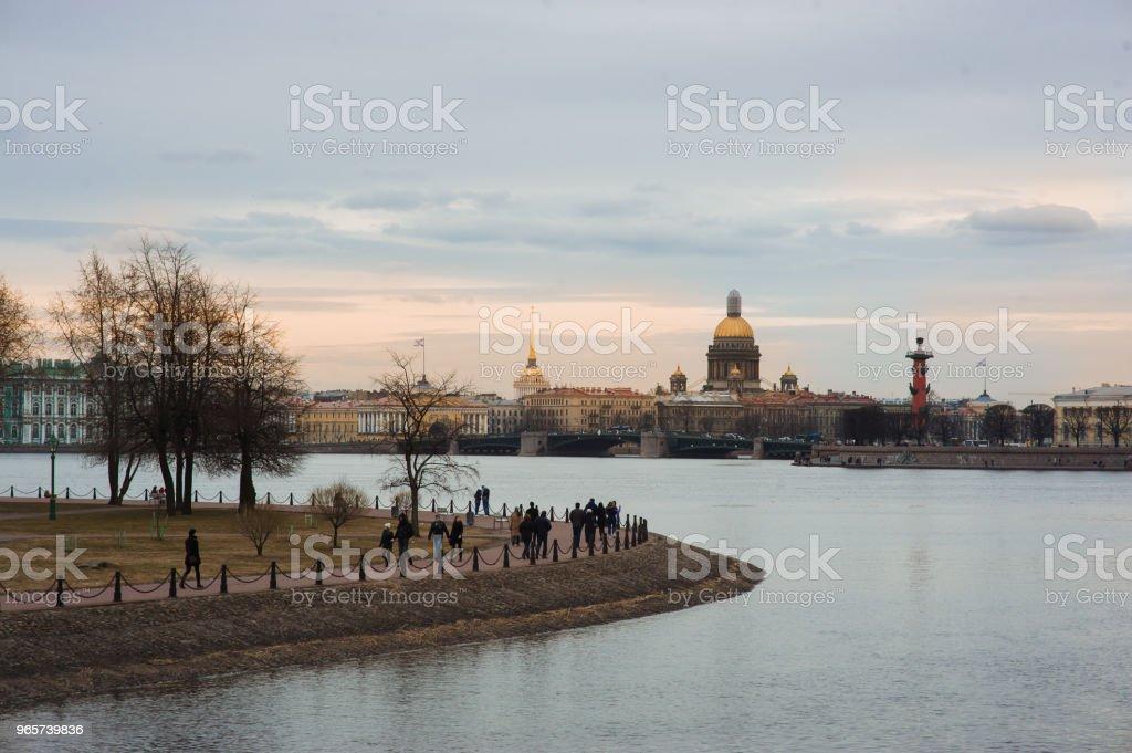 Avond zonsondergang Panorama van Sint-Petersburg, Rusland, met Palace brug over de rivier de Neva, gouden koepel van de Sint-Isaac kathedraal, de Admiraliteit gebouw en de rostraal kolom - Royalty-free Architectuur Stockfoto