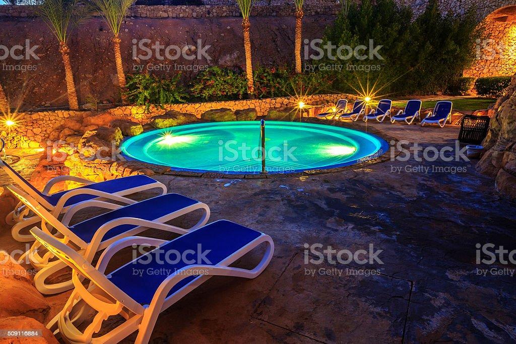 Vista nocturna de la piscina por la noche de lujo en iluminación - foto de stock
