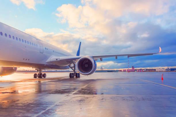 エンジン付き旅客機の翼の夕方の眺め。 - 飛行機 ストックフォトと画像