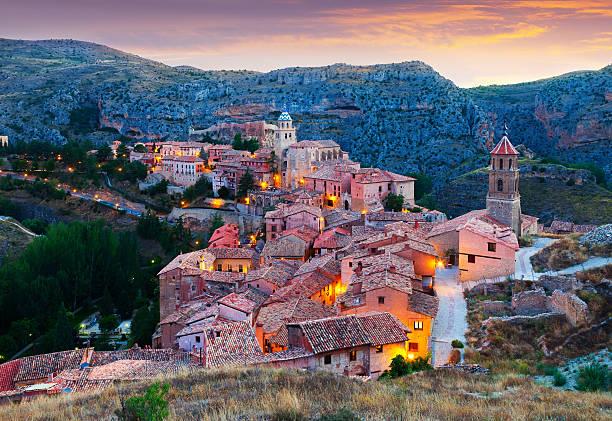 Vista noturna do Albarracin - foto de acervo