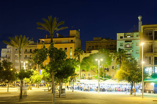 Vista nocturna de la Barceloneta distrito frente al mar. - foto de stock