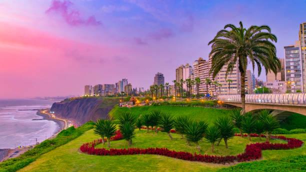 vista de noche del distrito de miraflores, paisaje de lima perú por la costa - perú fotografías e imágenes de stock