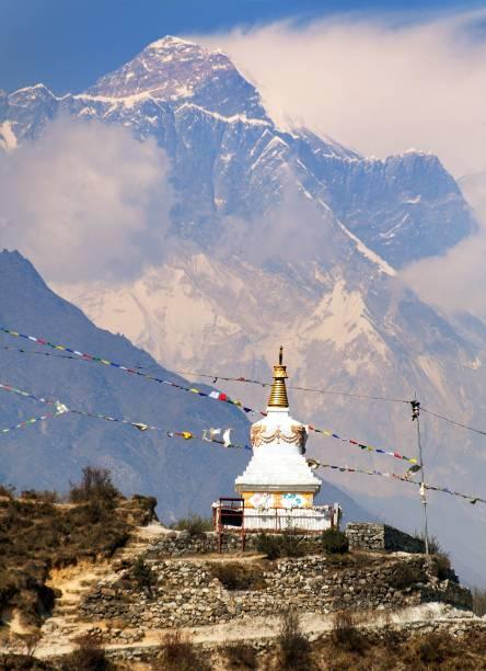 abend-ansicht des stupa in der nähe von namche bazar und mount everest - nepal tibet stock-fotos und bilder