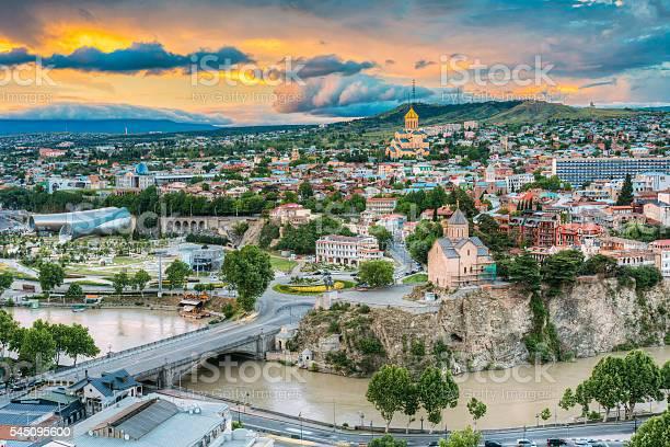 Evening View Of Tbilisi At Colorful Sunset Georgia Summer City Stockfoto und mehr Bilder von Abenddämmerung