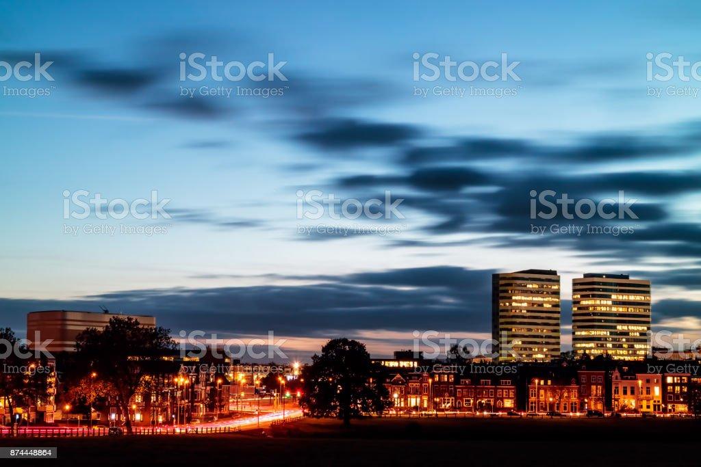 'S avonds uitzicht op het centraal station-Stationsgebied met kantoren in de Nederlandse stad Arnhem foto