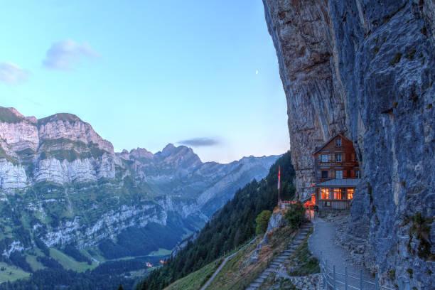 Appenzell, Schweiz-8. August 2018: Abendlicher Blick auf den magischen Aescher Cliff und das Bergrestaurant für Wanderer, die die Gegend erkunden. – Foto