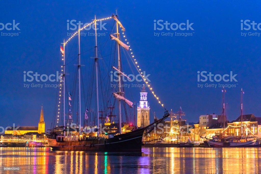Opinión sobre Kampen en el río IJssel de noche - Foto de stock de Agua libre de derechos