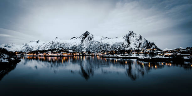 Noite de vista sobre a cidade de Svolvaer no Lofoten na Noruega - foto de acervo