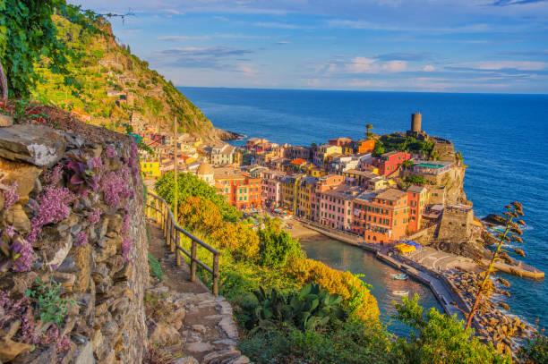 Abendspaziergang nach Vernazza, Cinque Terre, Ligurien in der Dämmerung – Foto