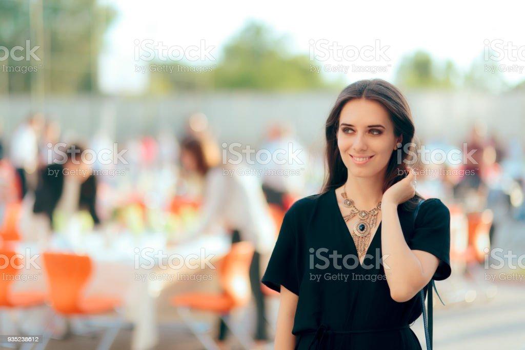 Event Planner especialista PR mujer organizar fiesta al aire libre - foto de stock